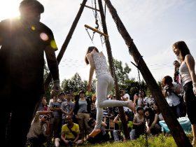 【视频】两美女铁钩悬挂自己如卖猪肉 美女背上皮肤打洞被挂在空中